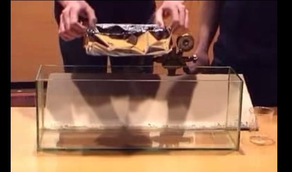 pequeno barco feito de alumínio