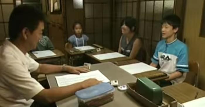 aluno e professor em volta de uma mesa