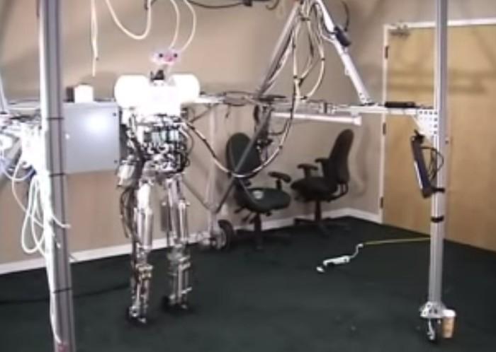 robo com forma humana em testes