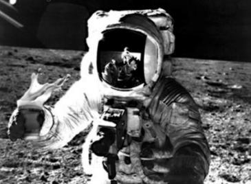 astronauta na lua bebendo cerveja