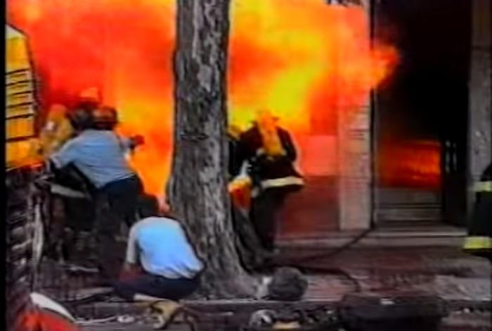 bombeiros fugindo de explosão