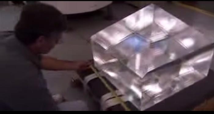 cristal gigante sendo verificado