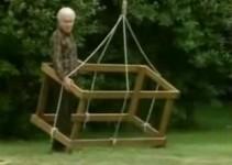 senhor no gramado demonstrando