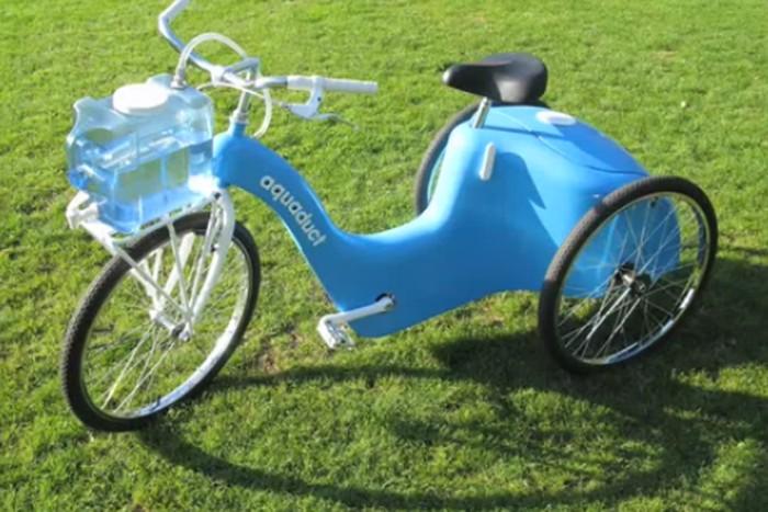 bicicleta azul de plastico e redesenhada
