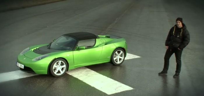 homem mostrando carro esportivo verde