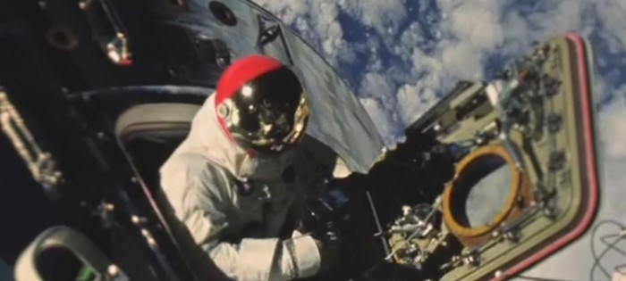 astronauta saindo de capsula espacial