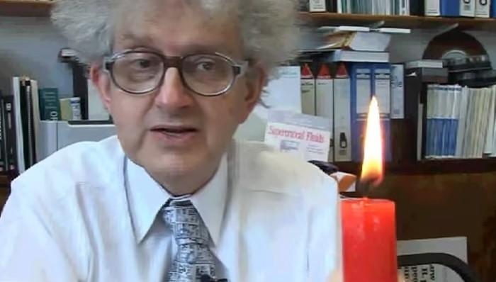 Professor mostra uma vela