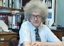 professor sentado no seu escritório