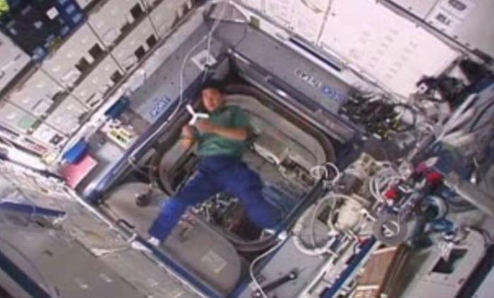 astronauta segurando bumerangue