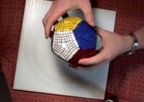 cubo mágico com várias peças e lados