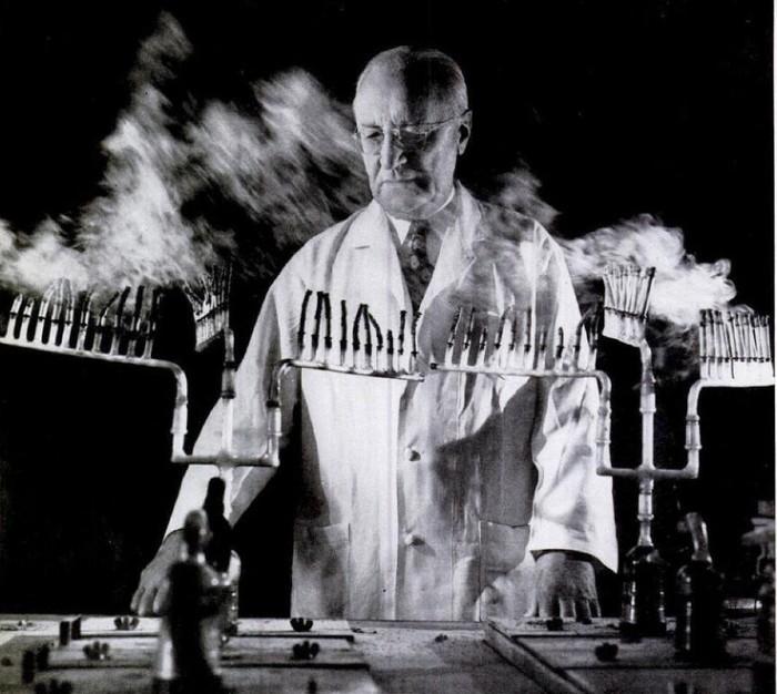 cientista queimando vários cigarros