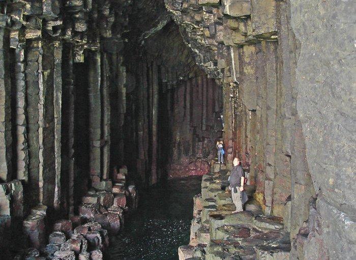 interior da gruta com algumas pessoas