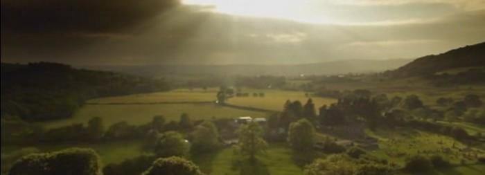 campo iluminado pelo sol entre nuvens
