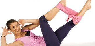 mulher deitada fazendo exercícios
