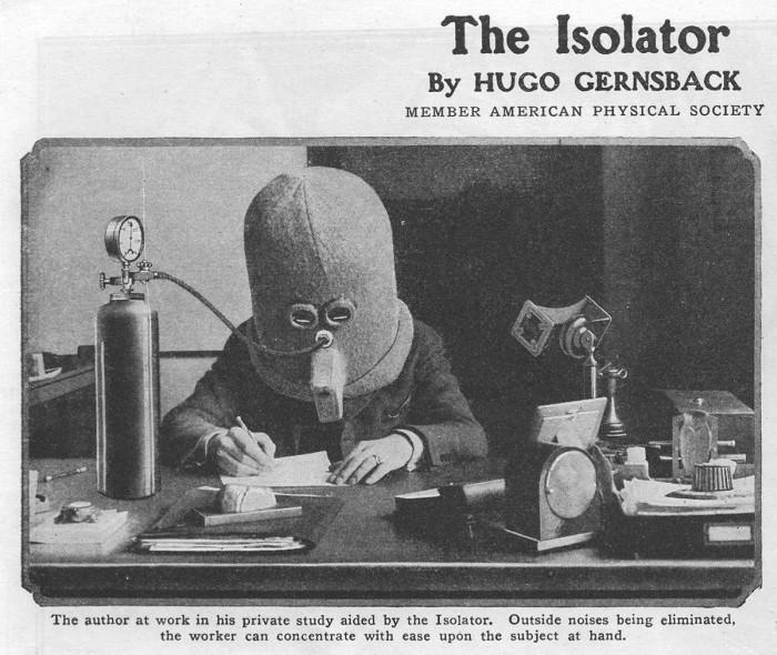 pessoa usando capacete em escritório