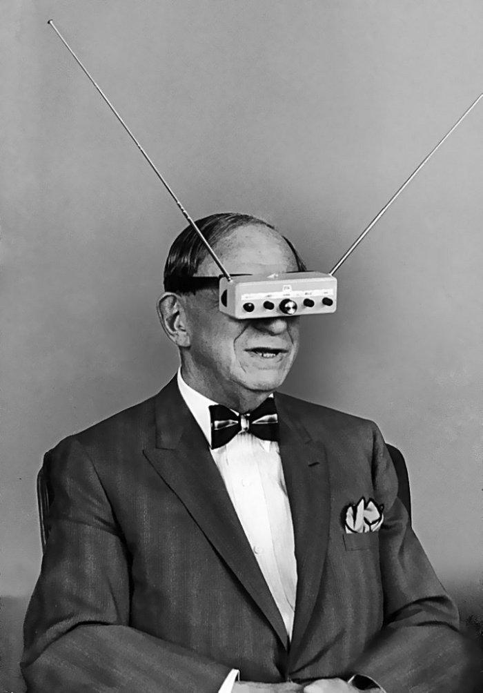 senhor utilizando uma espécie de oculos virtual antigo