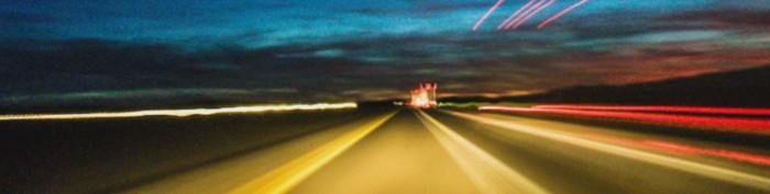 luzes em uma rodovia