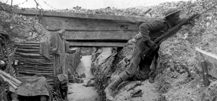 soldado deitado e armado
