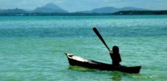 pessoa em canoa no mar