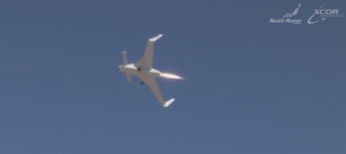 aviao de testes voando