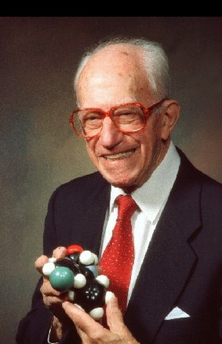 pesquisador segura molécula