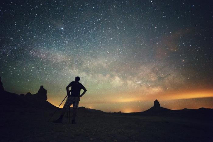 fotógrafo com estrelas ao fundo