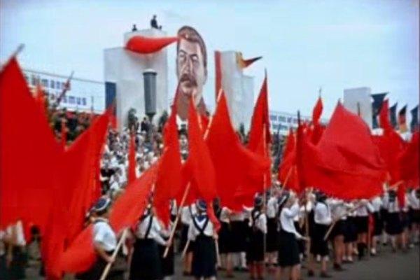 bandeiras vermelhas em desfile